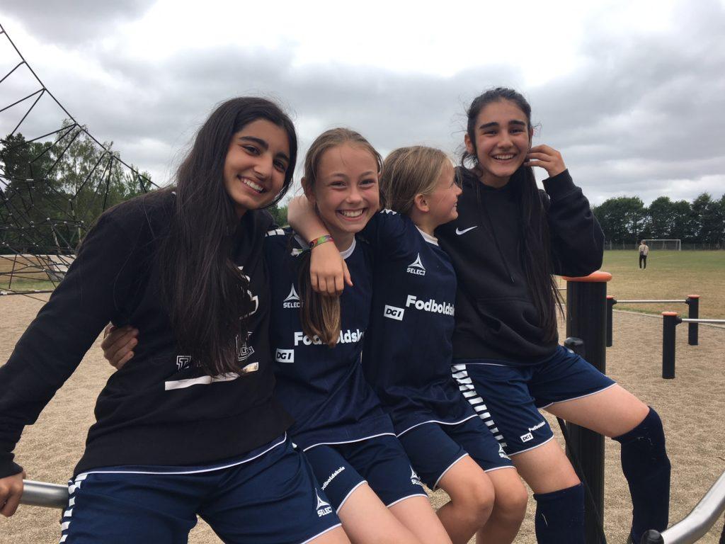 Piger på fodboldskole i Rødkærsbro. Foto: Anne Moulvad, TV Midt/Vest