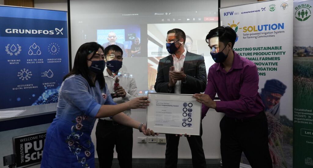 Grundfos Philippines receives a diploma and a statuette. From left: Karen Kristy Ople, Gilbert Luna, Jonathan Breton, and Jerrald Santos.