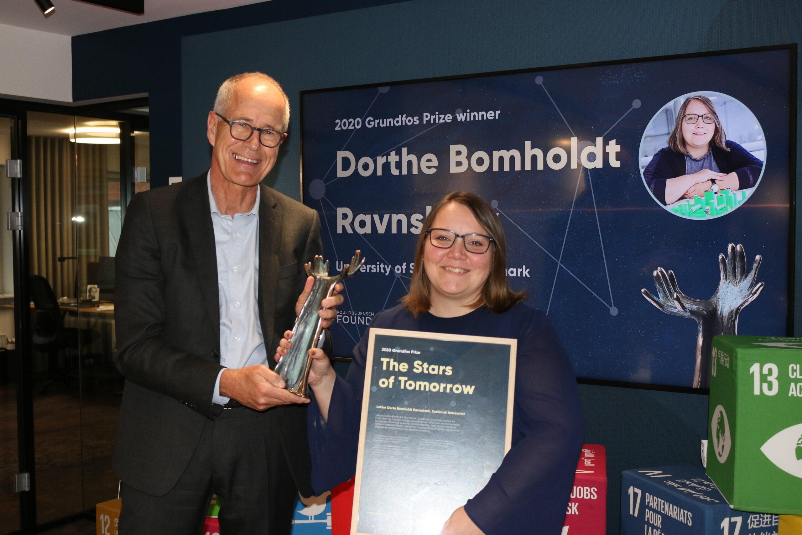 Bestyrelsesformand Jens Maaløe overrakte Grundfosprisen til Dorthe Bomholdt Ravnsbæk