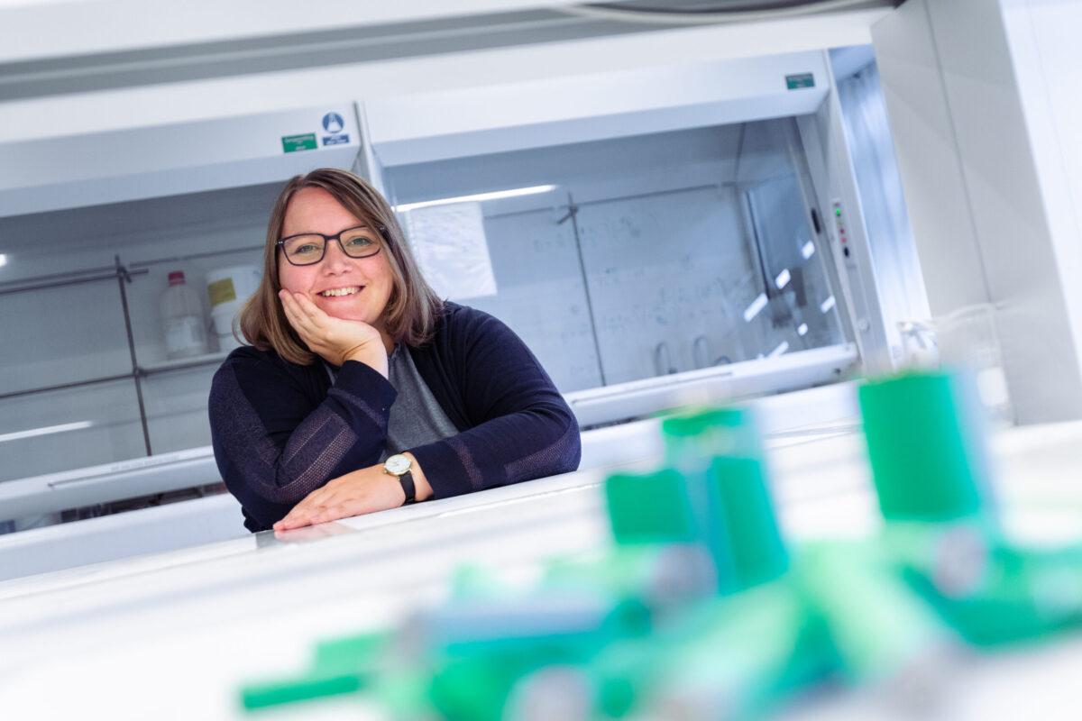 Dorthe Bomholdt Ravnsbæk i laboratoriet.