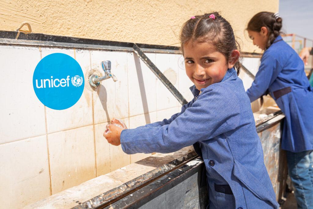 6-årig pige vasker hænder i Jordan.