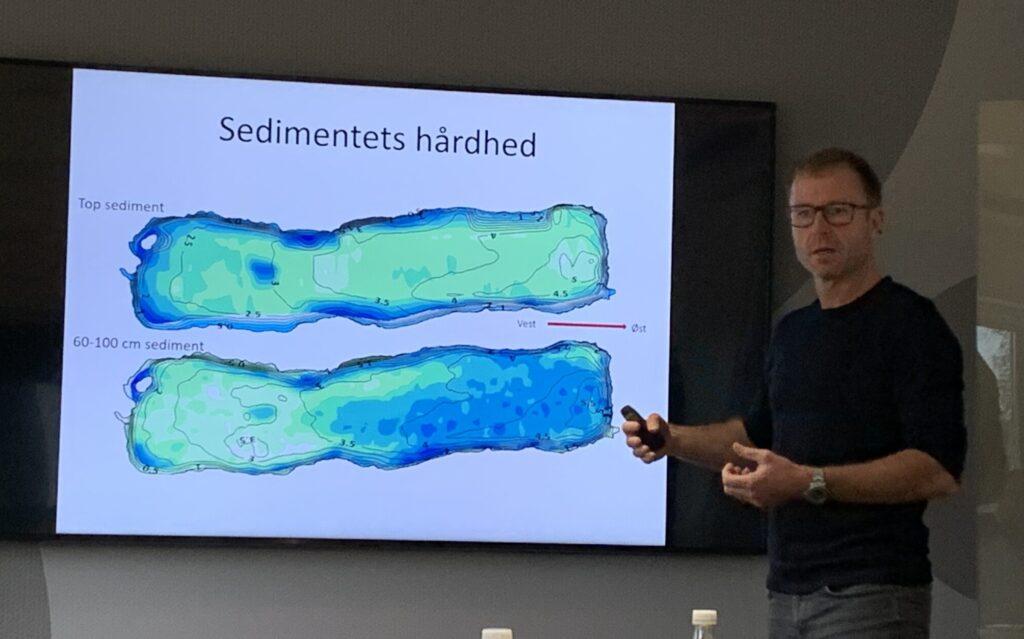Kasper Reitlzel fremviser model over sedimentets hårdhed.