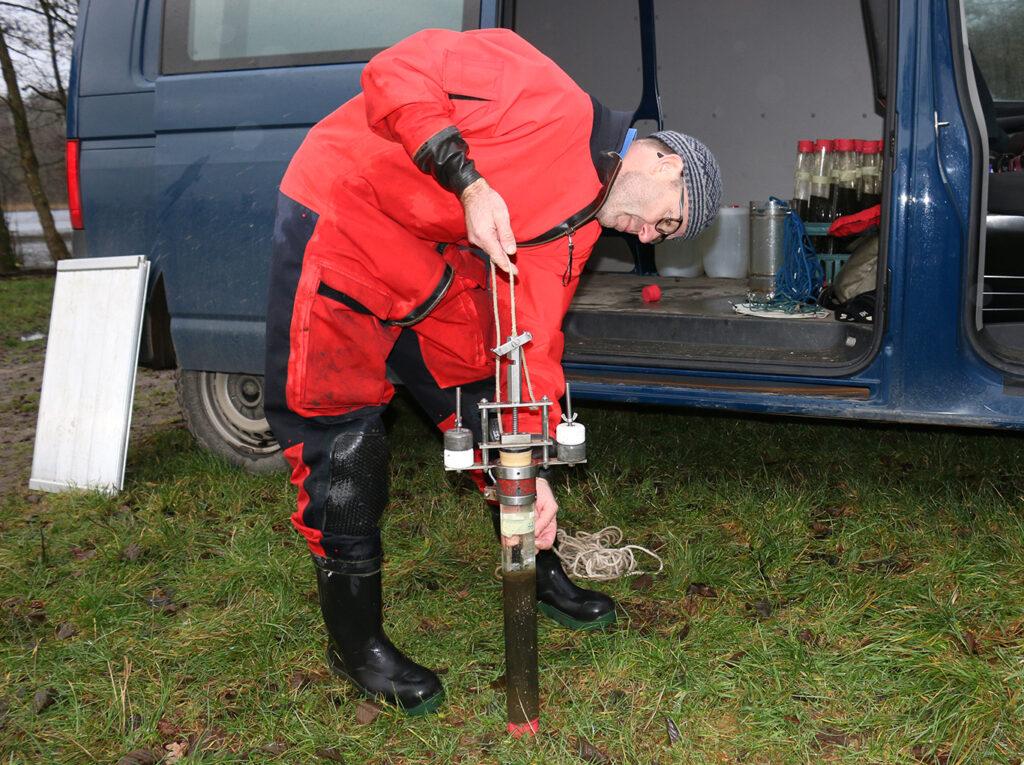 Kasper Reitzel med en entop optaget sedimentprøve.