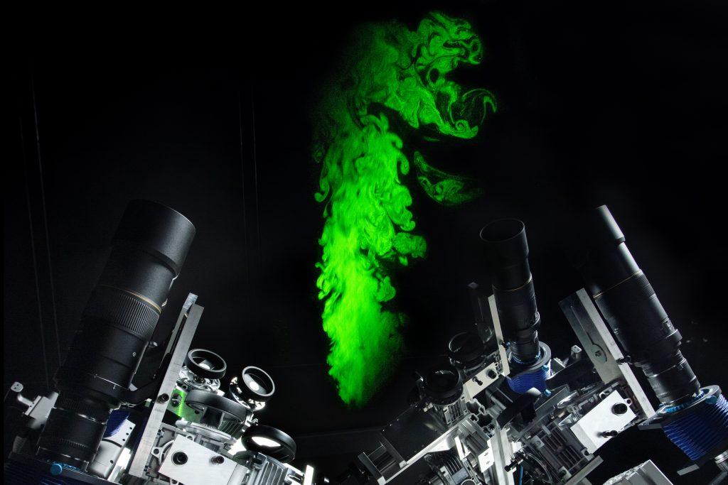 Forsøgene foregår i en slags vindtunnel, som luften cirkulerer i. Højhastighedskameraerne kan optage ca. 6.600 billeder i løbet af 7,8 sekunder.